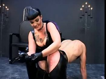 Dominatrix Strapon that's gotta hurt